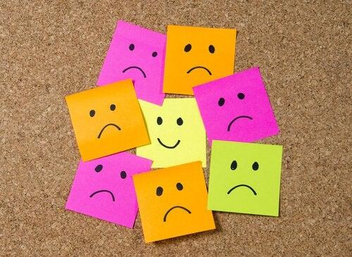 Post It's, auf denen glückliche und unglückliche Gesichter gezeichnet sind