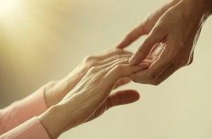 Hände einer Person helfen einer anderen