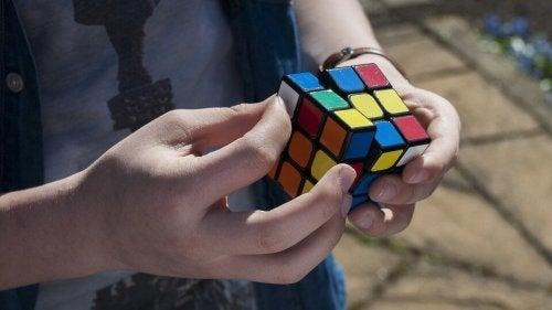 Junge trainiert räumliche Intelligenz mit einem Zauberwürfel.