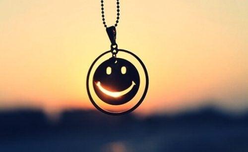 Ein Anhänger im Sonnenuntergang zeigt einen Smiley.