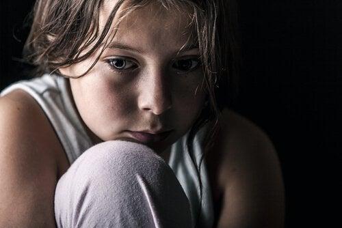 Kind, das mangelnde Zuneigung erfährt