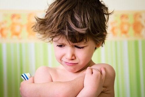Ein kleiner Junge scheint wütend zu sein.