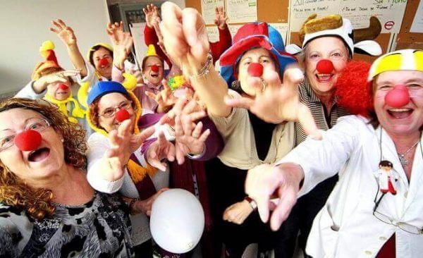 Eine ganze Truppe Clowns ist zur Lachtherapie angetreten.
