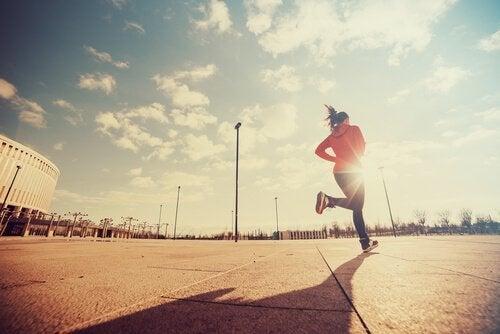 Eine Läuferin trainiert hart, um Exzellenz zu erreichen.
