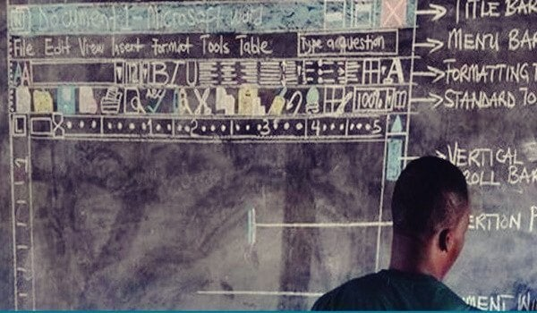 Ein ghanaischer Lehrer malt das Interface von Word an die Tafel