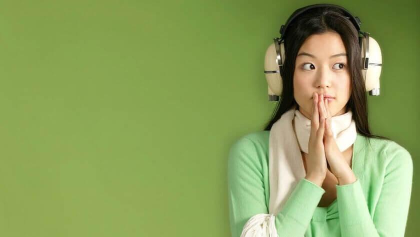 Eine Frau mit Misophonie trägt Kopfhörer.