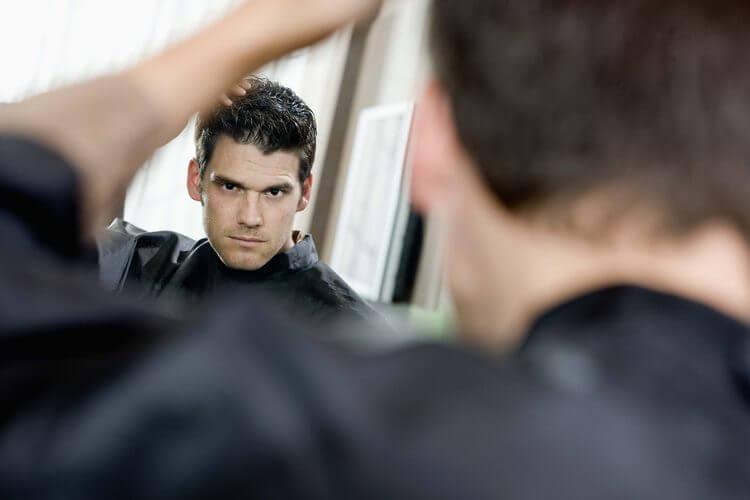 Narzissten sind selbstverliebt und sehe sich gerne im Spiegel an.