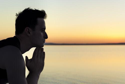 Nachdenklicher Mann schaut aufs Meer