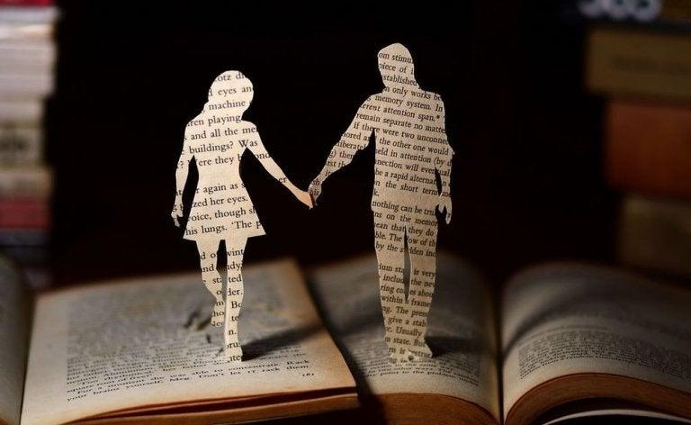 Buchkunst, die ein Paar im Scherenschnitt aus Buchseiten zeigt