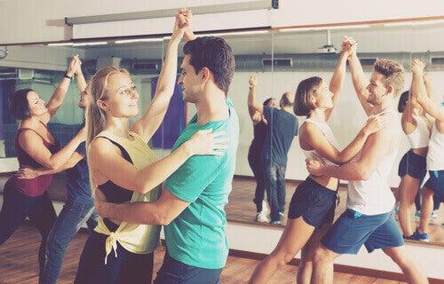 Paare tanzen in Tanzhalle