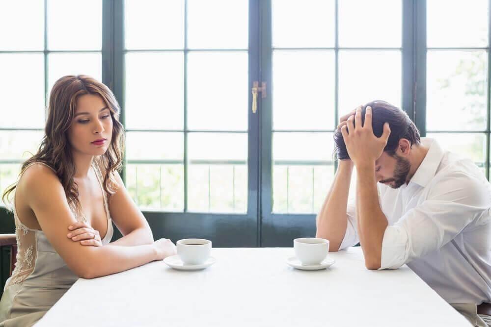 Paar sitzt zerstritten an einem Tisch
