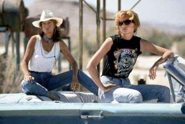 Thelma und Louise schauen aus dem Auto