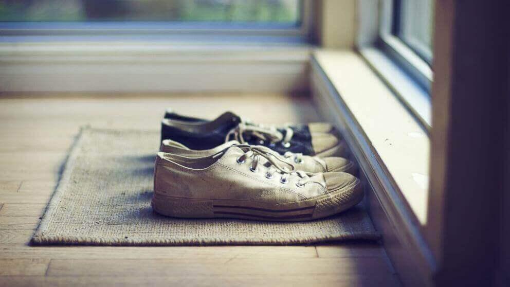 Schuhe stehen vor einer Tür