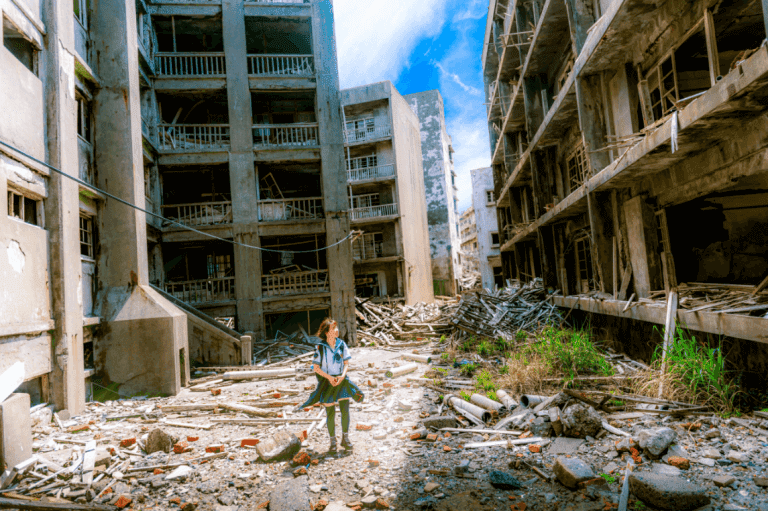 Mädchen wandert zwischen Ruinen