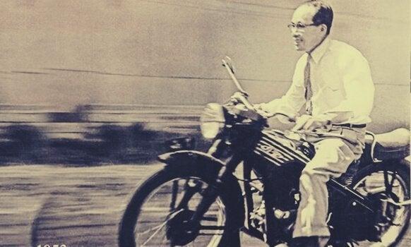 Sōichirō Honda auf einem Motorrad