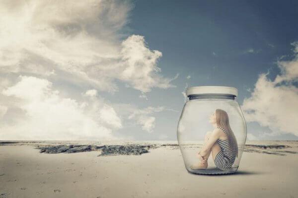 Ein Teenager im Marmeladenglas schaut nachdenklich in den Himmel.