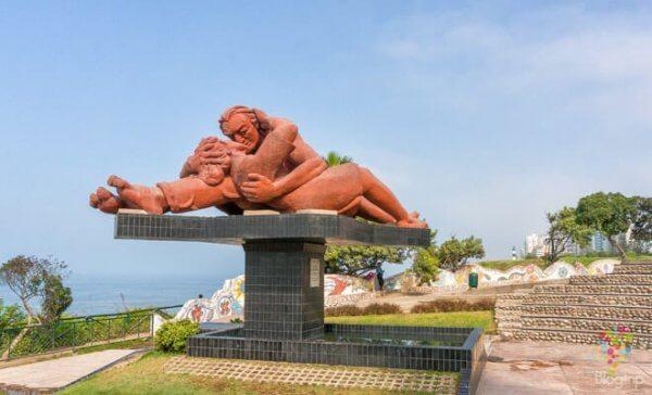 Eine Statue, die zwei Liebende bei einem Kuss zeigt.