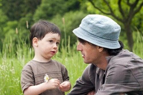 Vater erklärt seinem Sohn die Welt
