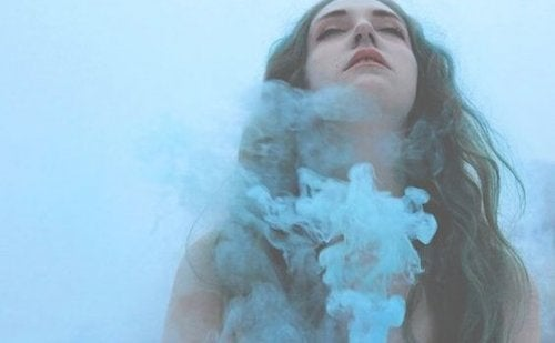 Von blauem Rauch umgebenes Mädchen