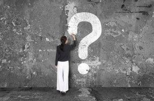 Frau vor großem Fragezeichen