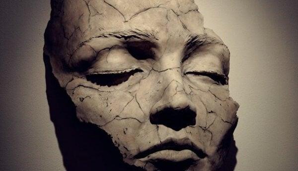Eine Maske, die zersprungen ist