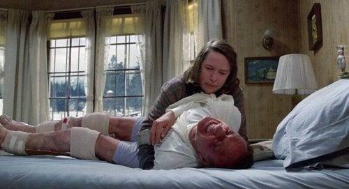 Annie Wilkes mit ihrem Opfer, Paul Sheldon