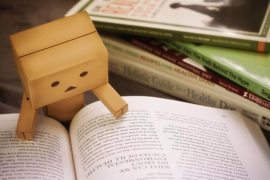 Kleines Papiermännchen liest ein Buch