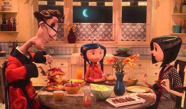 Coraline beim Essen mit ihren anderen Eltern