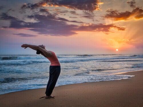 Yoga: Schritt für Schritt zum Sonnengruß