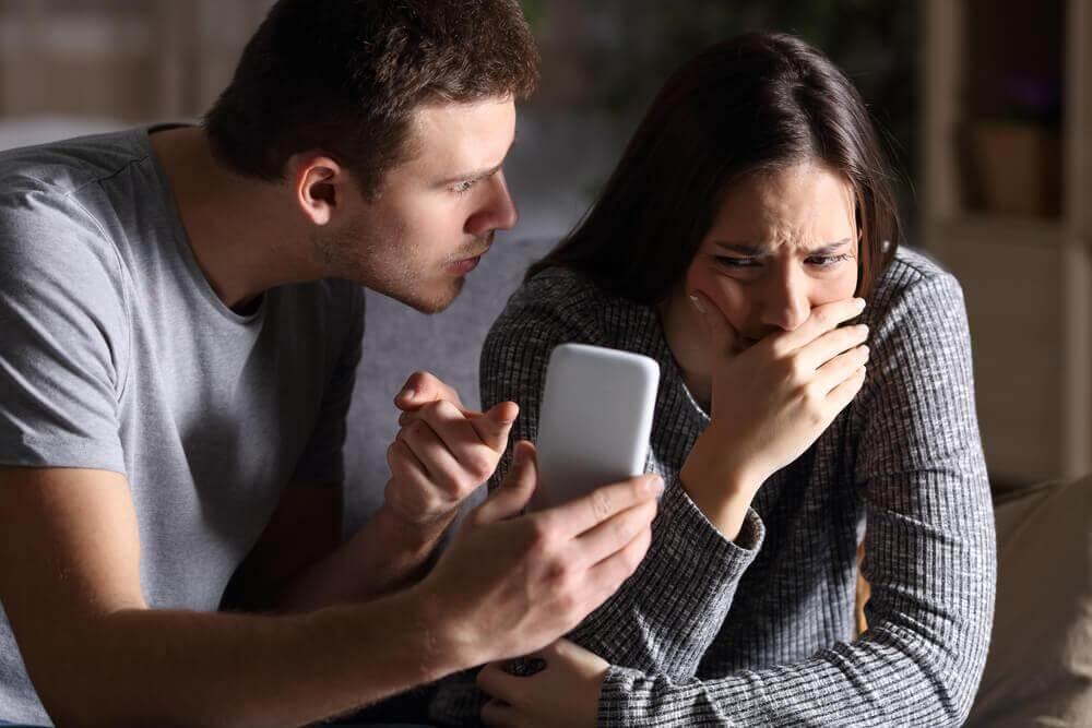 Mann zeigt seiner Partner böse ihr Handy