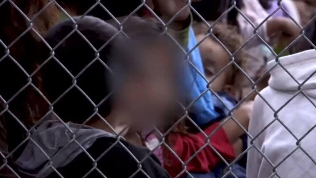 Kinder, die eingesperrt sind