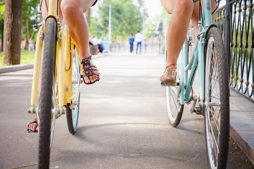 Zwei Freundinnen fahren nebeneinander Fahrrad