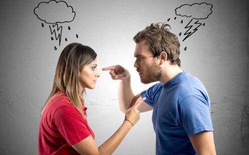 In Streit versunkenes Paar