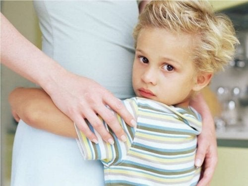 Junge klammert sich an seine Mutter als Symbol für Hyperkinder