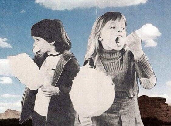 Zwei Kinder essen Zuckerwatte