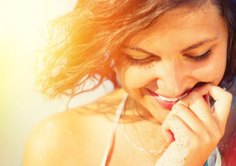 Frau lacht verlegen