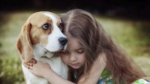 Mädchen umarmt seinen Hund
