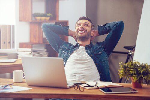 Mann, der in der Arbeit glücklich ist