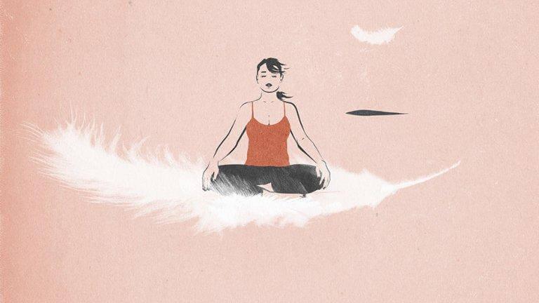 Frau praktiziert Mindfluness auf einer Feder sitzend