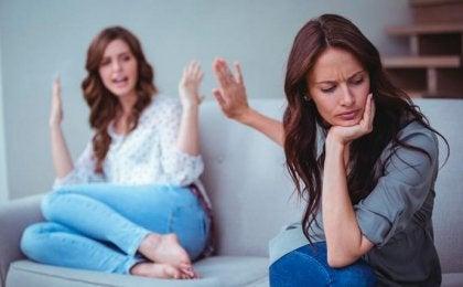 Mutter und Tochter streiten miteinander