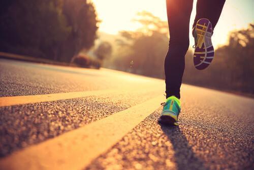 Frau rennt auf einer Straße