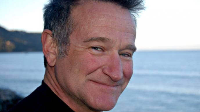 Lachender Robin Williams am Meer