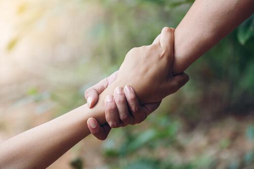 Zwei Hände halten sich gegenseitig fest