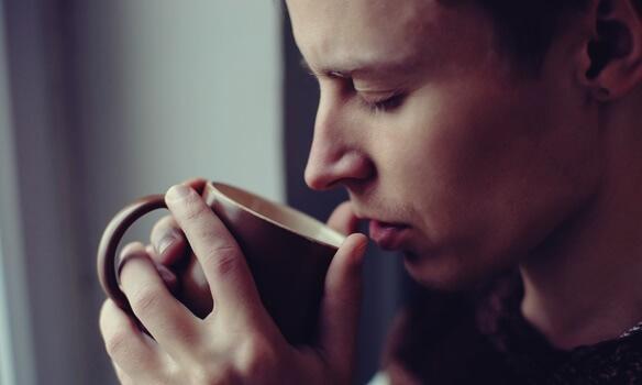 Mann trinkt genüsslich Kaffee