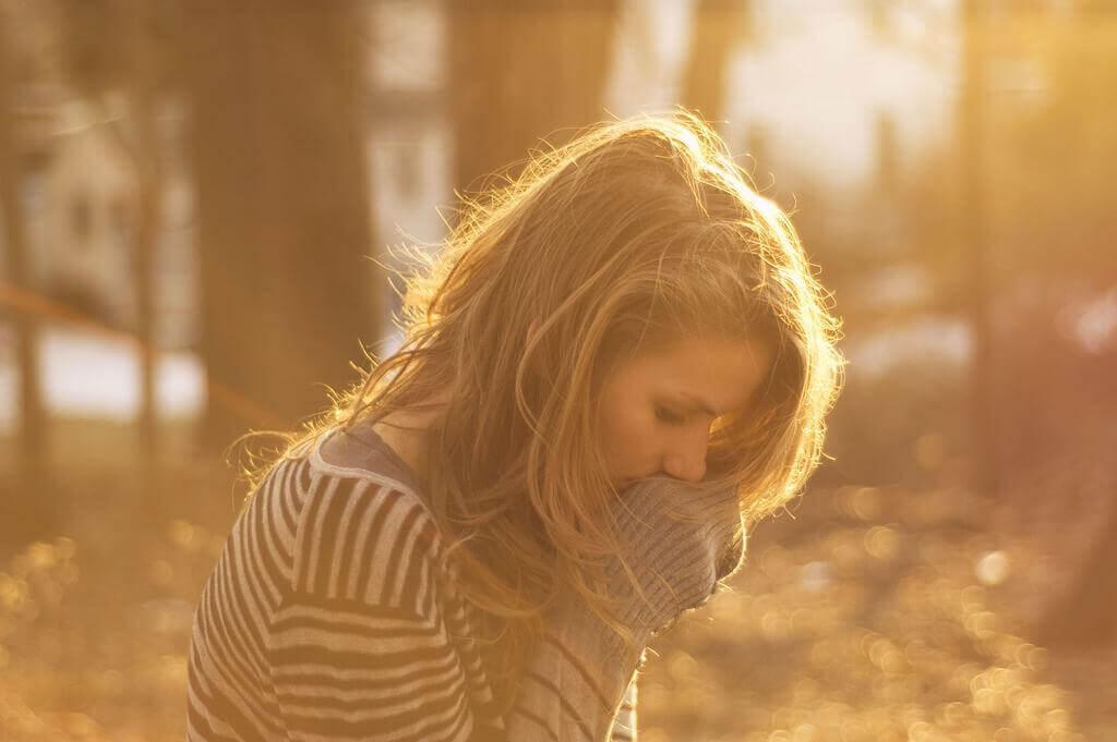 Žena stoji napuštena u šumi
