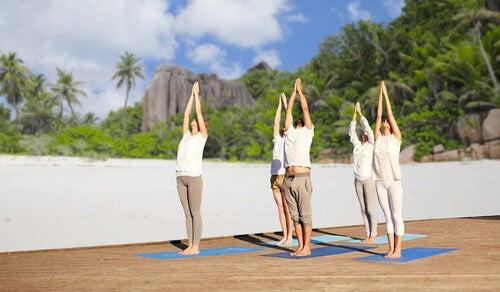 5 Menschen beim Yoga