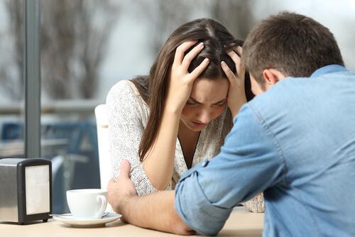 Depressive Frau spricht mit ihrem Partner