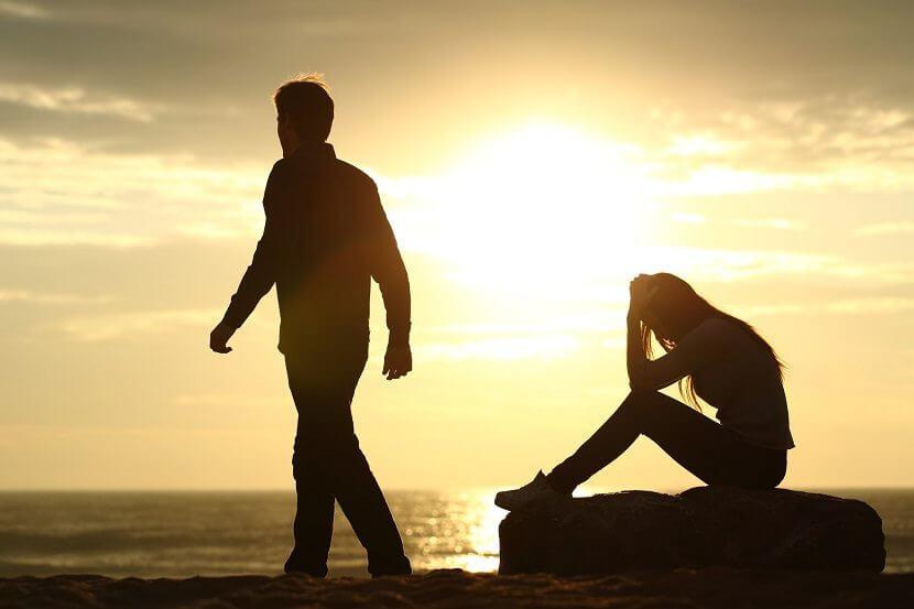 Zerstrittenes Paar am Strand bei Sonnenuntergang