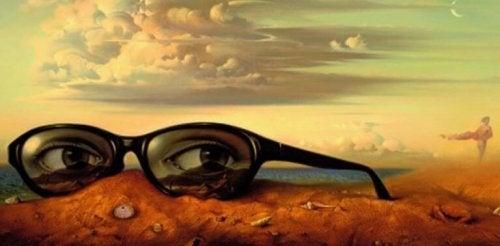 Brille in öder Landschaft