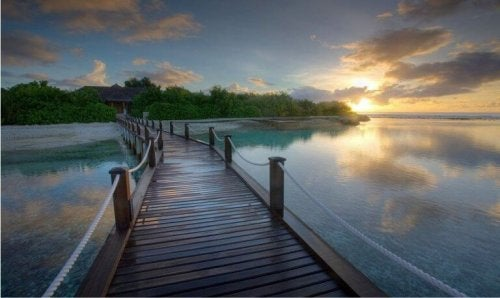 Brücke über ruhigen See
